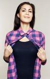 Portret die van jonge vrouw haar overhemd weg nemen Royalty-vrije Stock Afbeeldingen