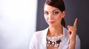 Portret die van jonge vrouw met parels, zich op grijze achtergrond bevinden Royalty-vrije Stock Foto