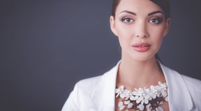 Portret die van jonge vrouw met parels, zich op grijze achtergrond bevinden Stock Afbeeldingen