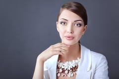 Portret die van jonge vrouw met parels, zich op grijze achtergrond bevinden Stock Foto