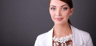 Portret die van jonge vrouw met parels, zich op grijze achtergrond bevinden Royalty-vrije Stock Foto's