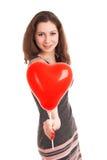 Portret die van jonge vrouw rode ballon houden stock afbeeldingen