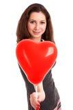Portret die van jonge vrouw rode ballon houden royalty-vrije stock afbeelding