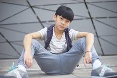 Portret die van koel Aziatisch jong geitje in openlucht stellen Stock Foto