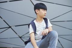 Portret die van koel Aziatisch jong geitje in openlucht stellen Royalty-vrije Stock Afbeeldingen