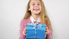 Portret die van lachend meisje een gift krijgen Het blauw verpakte heden stock videobeelden