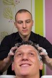 Portret die van mannelijke cliënt zijn die haar krijgen bij salon wordt gewassen royalty-vrije stock afbeelding