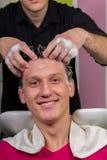 Portret die van mannelijke cliënt zijn die haar krijgen bij salon wordt gewassen royalty-vrije stock foto