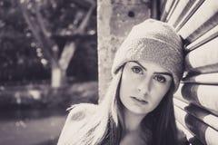Portret die van mooi jong vrouwelijk model, tegen een gara leunen Stock Foto's