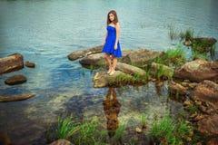 Portret die van mooie jonge donkerbruine vrouw, elegante blauwe kleding dragen Stock Foto