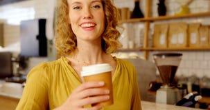 Portret die van mooie vrouw koffie 4k aanbieden stock videobeelden
