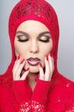 Portret die van mooie vrouw rode kleren earing Royalty-vrije Stock Foto
