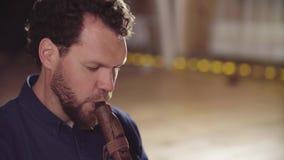 Portret die van musicus etnische fluit spelen stock video