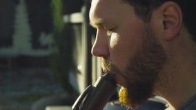 Portret die van musicus etnische fluit spelen stock footage