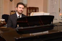 Portret die van muziekuitvoerder zijn piano spelen Stock Afbeeldingen
