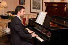 Portret die van muziekuitvoerder zijn piano spelen Stock Foto