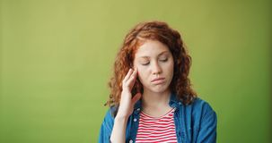 Portret die van ongelukkig meisje bevinden zich ontroerend alleen droevig gezicht die camera bekijken stock videobeelden