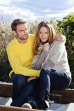 Portret die van paar en van het gouden seizoen van de de herfstdaling omhelzen genieten - ontspan Stock Foto's