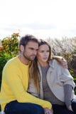 Portret die van paar en van het gouden seizoen van de de herfstdaling omhelzen genieten - ontspan Stock Afbeeldingen