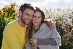 Portret die van paar en van het gouden seizoen van de de herfstdaling omhelzen genieten - ontspan Royalty-vrije Stock Foto's