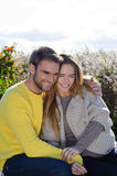 Portret die van paar en van het gouden seizoen van de de herfstdaling omhelzen genieten - ontspan Stock Foto
