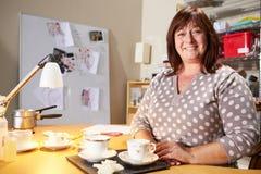 Portret die van Rijpe Vrouw Kaarsen thuis maken Stock Foto