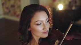 Portret die van slimme violist de melodie in slaapkamer spelen stock video