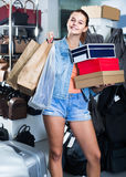 Portret die van tiener zich met zakken in opslag met zakken bevinden Stock Foto
