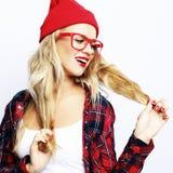 Portret die van in toevallige jonge vrouw die rode glazen en hoed dragen, over witte achtergrond stellen Santa Claus met de zak v royalty-vrije stock afbeeldingen