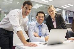 Portret die van vrolijk commercieel team in bureau, camera kijken Stock Foto's