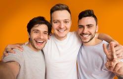 Portret die van vrolijke kerels selfie, hebbend pret maken royalty-vrije stock foto