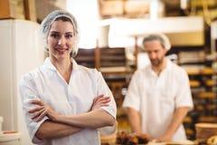 Portret die van vrouwelijke bakker zich met gekruiste wapens bevinden royalty-vrije stock fotografie