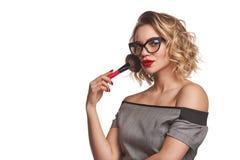 Portret die van vrouwelijke stilist zich met make-upborstels bevinden stock foto's