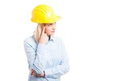 Portret die van vrouweningenieur het denken gebaar maken Stock Foto