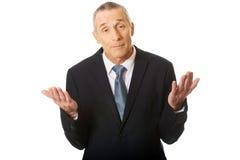 Portret die van zakenman onbeslist gebaar maken Stock Fotografie