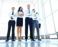 Portret die van zakenman zijn team leiden Stock Foto's
