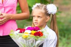 Portret die van zevenjarig schoolmeisje, zich naast mijn moeder bevinden Royalty-vrije Stock Foto