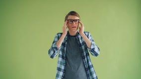 Portret die van zieke kerel aan hoofdpijn wat betreft hoofd lijden die slecht voelen stock videobeelden