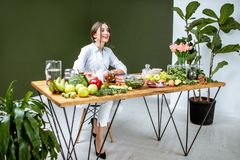 Portret dietetyczka z zdrowym jedzeniem w biurze fotografia stock