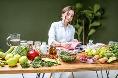 Portret dietetyczka z zdrowym jedzeniem w biurze zdjęcia stock