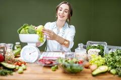 Portret dietetyczka z zdrowym jedzeniem w biurze obraz stock