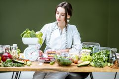 Portret dietetyczka z zdrowym jedzeniem w biurze zdjęcie stock