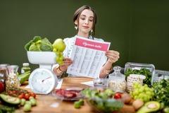 Portret dietetyczka z zdrowym jedzeniem w biurze obraz royalty free