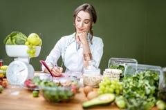 Portret dietetyczka z zdrowym jedzeniem w biurze zdjęcie royalty free