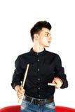 Portret dobosz bawić się z bębenu kijem jest ubranym czerń w studiu zdjęcia stock
