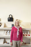 Portret dojrzała kobiety pozycja przed obuwiem w obuwianym sklepie Zdjęcia Stock
