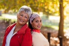 Portret dojrzała matka z córką przy parkiem obraz royalty free