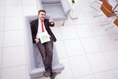 Portret dojrzały biznesowy mężczyzna podczas gdy relaksujący Obraz Royalty Free