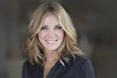 Portret Dojrzały bizneswoman ono Uśmiecha się Przy kamerą zdjęcie royalty free