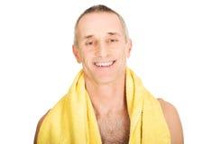 Portret dojrzały mężczyzna mienia ręcznik wokoło szyi Obrazy Royalty Free